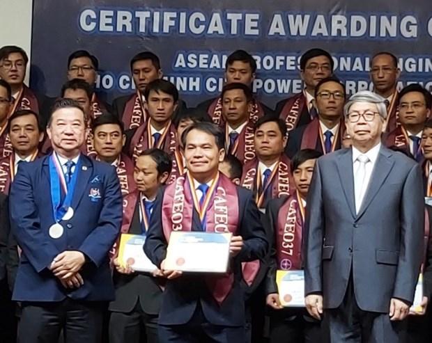 Entregan certificados de ingeniero profesional de ASEAN a 70 trabajadores vietnamitas hinh anh 1
