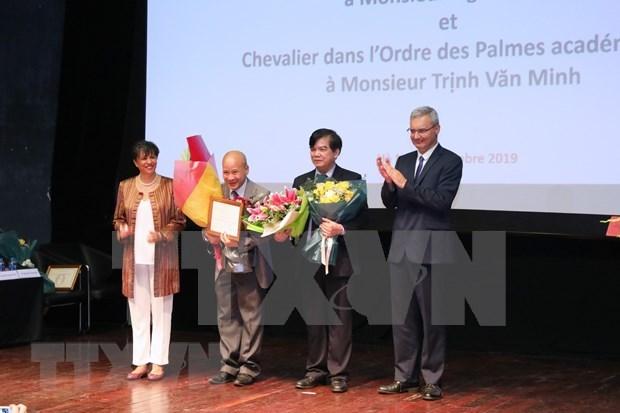 Honran a profesores vietnamitas con Medallas de Caballero de Francia hinh anh 1