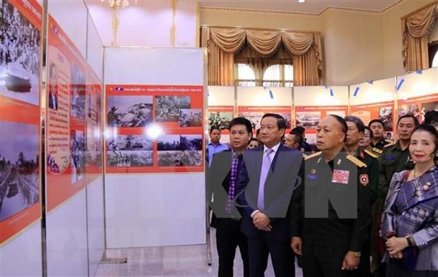 Exposicion de fotos resalta aportes de voluntarios vietnamitas a la revolucion laosiana hinh anh 1