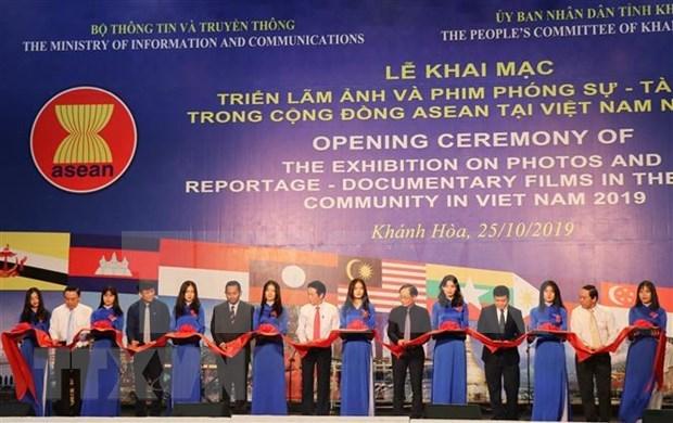 Exposicion de fotos y documentales en provincia vietnamita refleja unidad de la ASEAN hinh anh 1