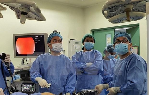 Contribuye medico vietnamita al exito de cirugia asistida por robots en Filipinas hinh anh 1