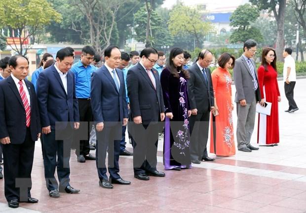 Dirigentes de Hanoi rinden tributo a Lenin en ocasion de los 102 anos de la Revolucion de Octubre hinh anh 1
