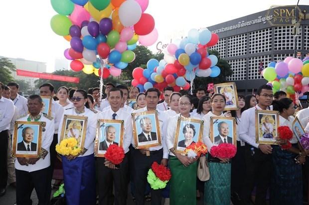 Felicitan dirigentes vietnamitas a Camboya por su Dia Nacional hinh anh 1