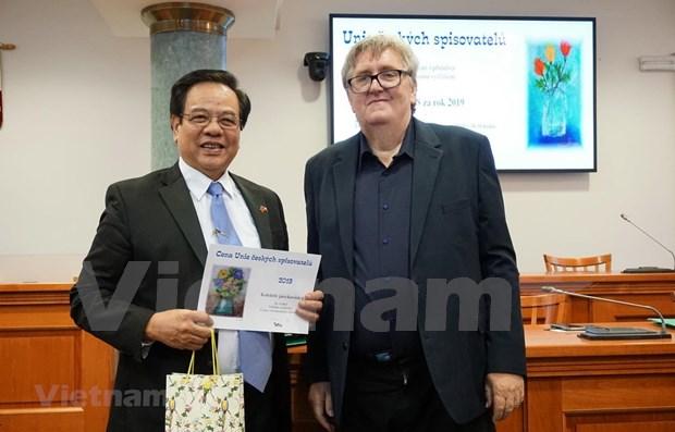 Gran diccionario checo-vietnamita recibe premio de Literatura de Praga hinh anh 1