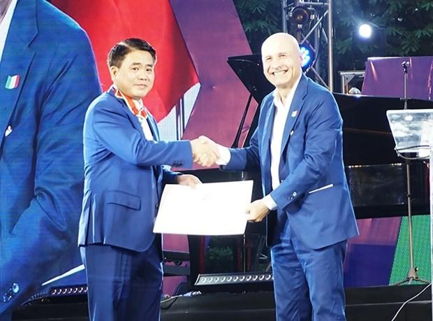 Recibe presidente del gobierno de Hanoi Orden al Merito de la Republica Italiana hinh anh 1