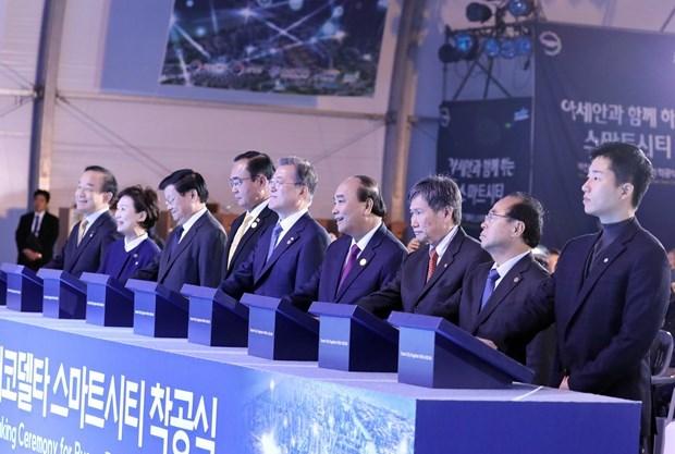 Premier vietnamita asiste a inicio de construccion de ciudad inteligente en Busan hinh anh 1