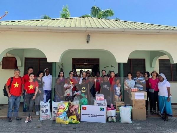 Apoya la Asociacion de Mujeres Vietnamitas en Tanzania a huerfanos hinh anh 1