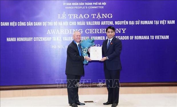 Entrega Hanoi titulo de Ciudadano Honorario a exembajador rumano hinh anh 1