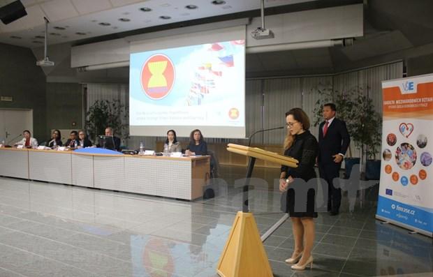Participa Vietnam en coloquio en Praga sobre la ASEAN hinh anh 1