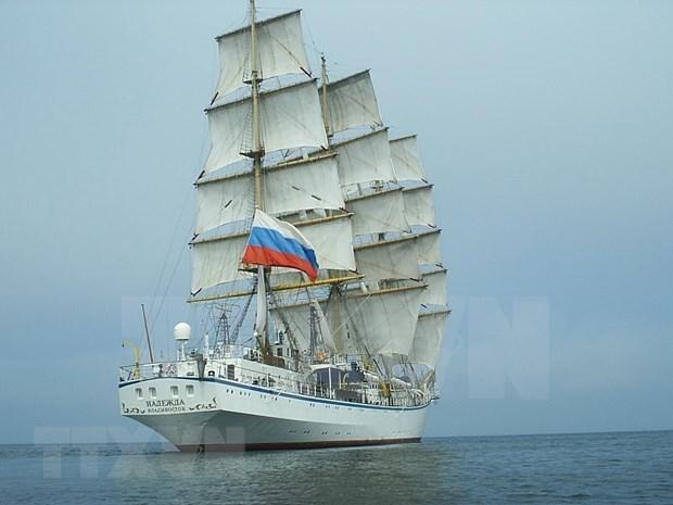 Llevan a tierra firme de Vietnam dos marineras rusas que tienen problemas de salud hinh anh 1