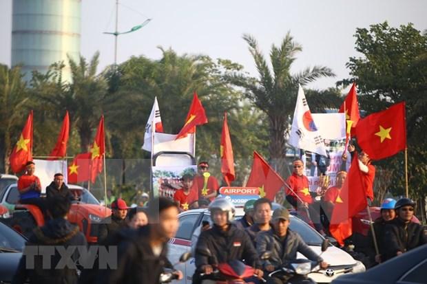 Atletas vietnamitas participantes en SEA Games 30 regresan al pais entre mar de fanaticos hinh anh 1