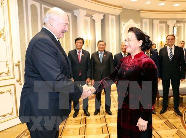 Dialogan maxima legisladora de Vietnam y presidente de Belarus hinh anh 1