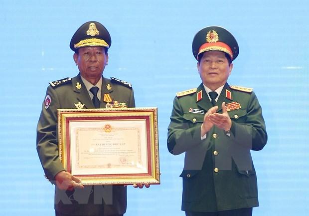 Honran a dirigentes con destacados meritos en fomento de relaciones Vietnam-Laos-Camboya hinh anh 1
