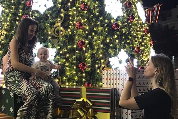 Disfrutan turistas internacionales de la Navidad 2019 en ciudad vietnamita hinh anh 1