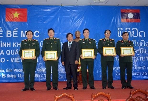Ofrecen ejercitos de Vietnam y Laos atencion medica a 11,660 laosianos hinh anh 1