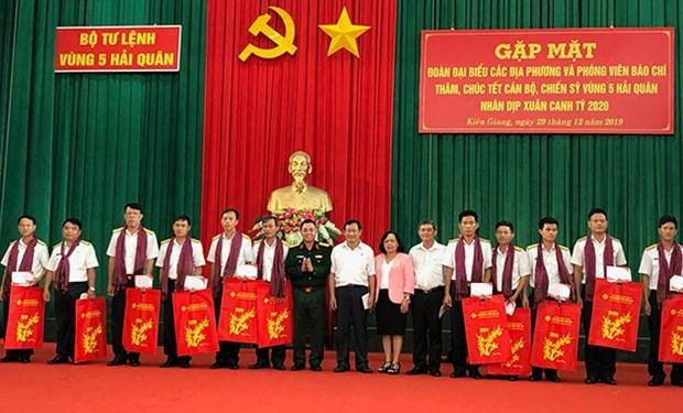 Visitan y entregan obsequios a cuadros y soldados en el mar del sudoeste de Vietnam en ocasion de Tet 2020 hinh anh 1