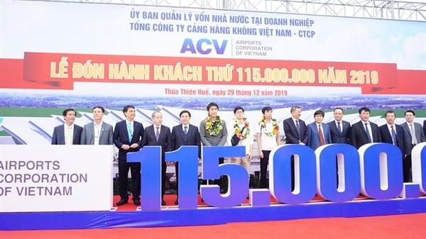 Recibe sector de aviacion vietnamita al pasajero numero 115 millones en 2019 hinh anh 1