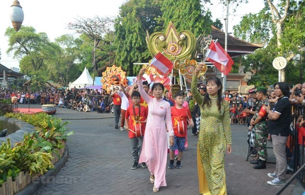 Realizan por primera vez desfile de Ao Dai en ciudad indonesia de Denpasar hinh anh 1