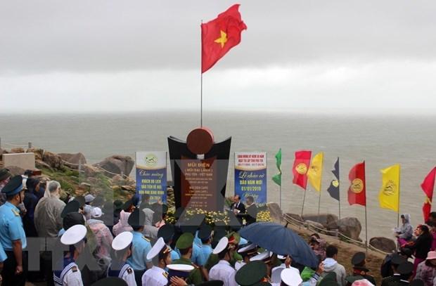 Celebran ceremonia de abanderamiento en punto extremo oriental de Vietnam hinh anh 1