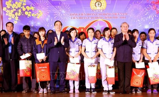 Entrega alto funcionario partidista de Vietnam regalos a obreros en provincia de Phu Tho hinh anh 1