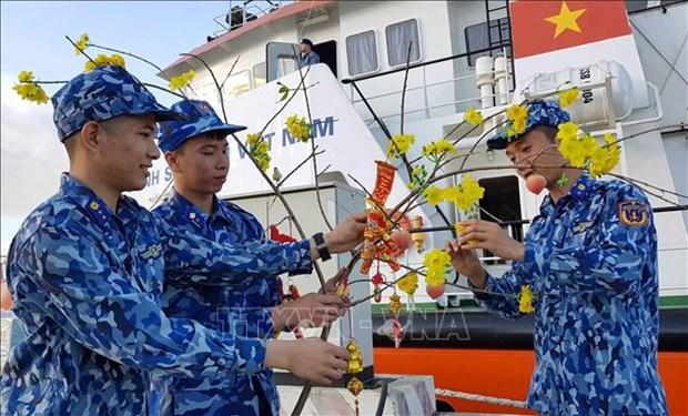 Envian en Vietnam regalos a soldados y pobladores en area islena por motivo del Ano Nuevo Lunar hinh anh 1