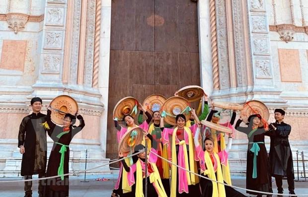 Impresiona danza vietnamita en festival de bailes en Italia hinh anh 1