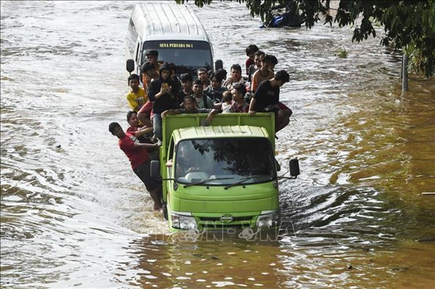 Aumentan cantidad de muertes por inundaciones en Indonesia hinh anh 1