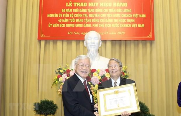 Reciben expresidente y subjefa del Estado de Vietnam insignias por sus largas carreras partidistas hinh anh 1