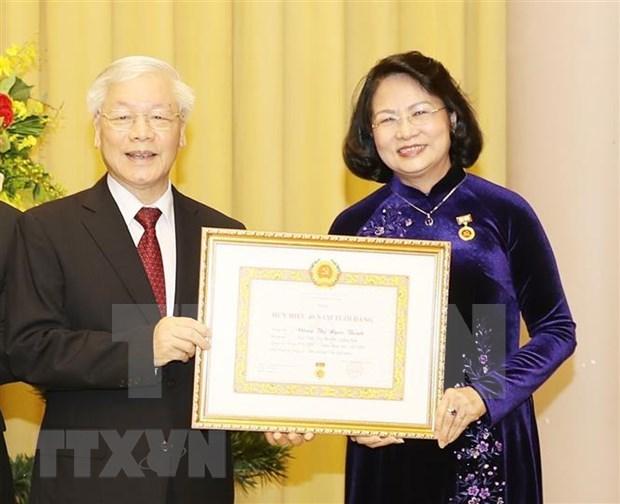 Reciben expresidente y subjefa del Estado de Vietnam insignias por sus largas carreras partidistas hinh anh 2