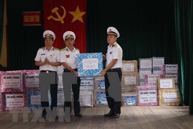 Presentan regalos de Tet a soldados en archipielago vietnamita de Truong Sa hinh anh 1