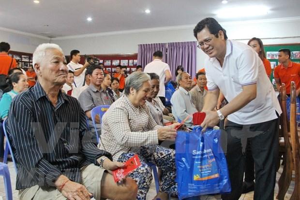 Ofrecen regalos a familias de origen vietnamita en Camboya hinh anh 1
