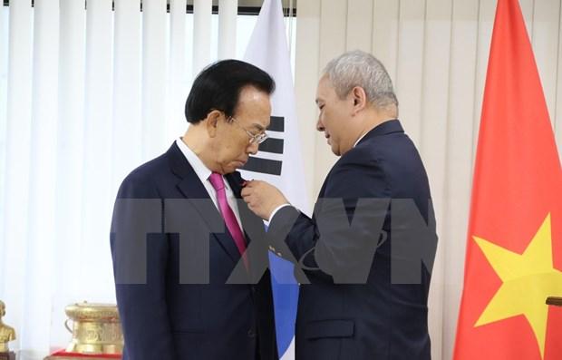 Recibe exgobernador de provincia sudcoreana distincion de Vietnam hinh anh 1