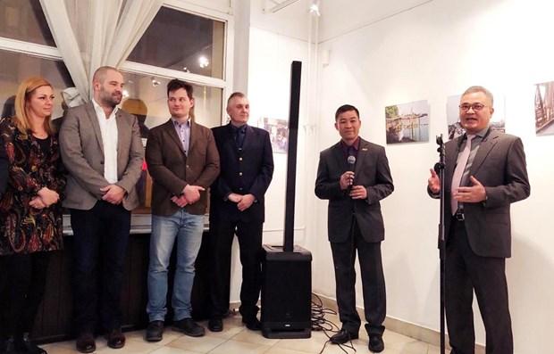 Exhibicion fotografica da inicio a actividades por 70 anos de lazos Vietnam-Hungria hinh anh 1