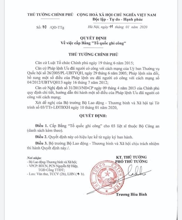 Condecoran con diplomas de merito nacional a policias fallecidos en disturbio en Dong Tam hinh anh 1