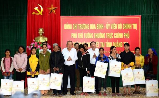 Entregan dirigentes vietnamitas regalos a personas menos favorecidas en ocasion del Tet hinh anh 1
