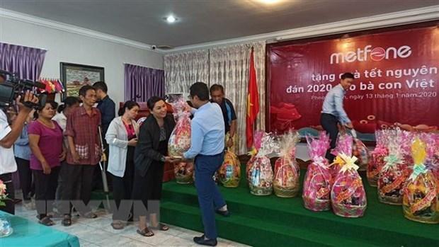 Obsequian regalos a familias vietnamitas menos favorecidas en Camboya hinh anh 1