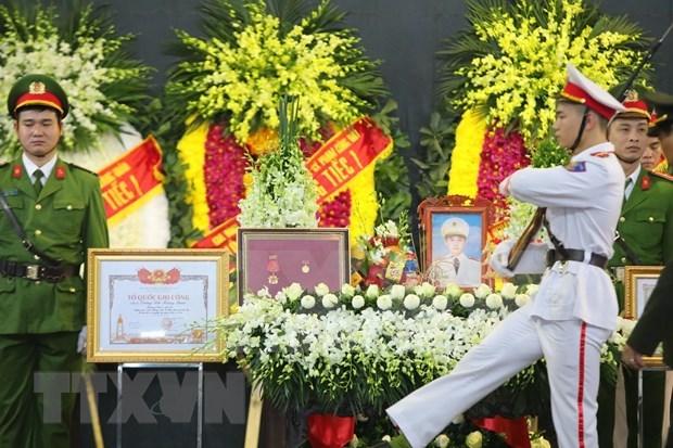 Efectuan funeral de policias caidos en mision en comuna suburbana de Hanoi hinh anh 1