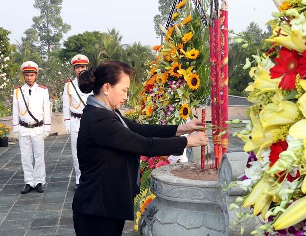Presidenta de la Asamblea Nacional de Vietnam rinde homenaje a martires en Ben Tre hinh anh 1