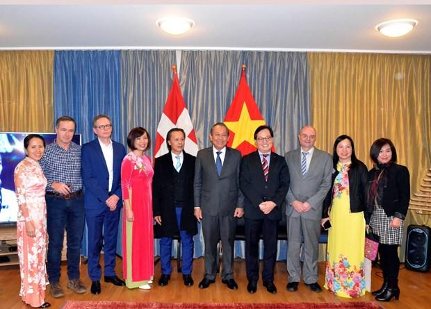Vicepremier vietnamita se reune con coterraneos en Suiza en ocasion del Tet hinh anh 1