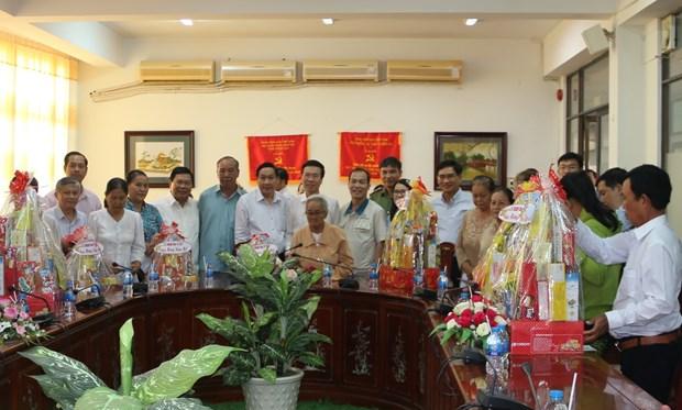 Obsequia dirigente vietnamita regalos de Tet en provincia de Dong Nai hinh anh 1