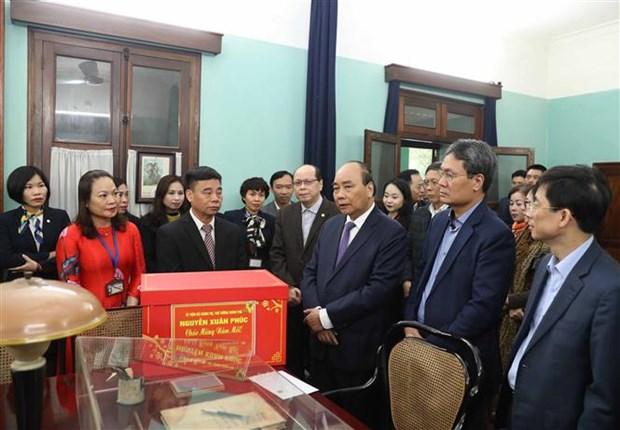 Dirigentes de Vietnam rinden homenaje al Tio Ho en ocasion del Tet hinh anh 1