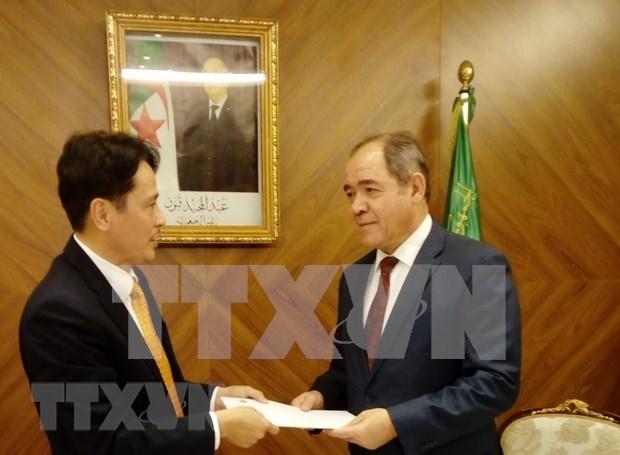 Presenta embajador vietnamita en Argelia cartas credenciales hinh anh 1