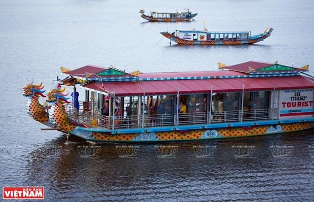 Navegar por rio Huong en botes del dragon, experiencia imperdible en ciudad vietnamita de Hue hinh anh 1