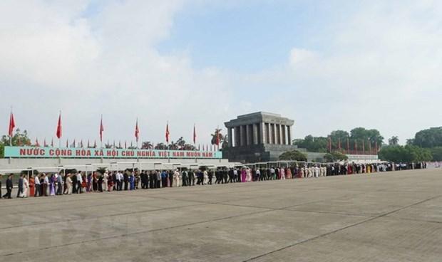 Gran numero de personas rinde homenaje al Presidente Ho Chi Minh en el Tet hinh anh 1