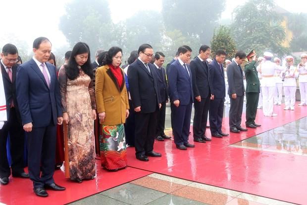 Dirigentes de Vietnam rinden homenaje al Presidente Ho Chi Minh hinh anh 1