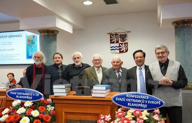 Gana enciclopedia checo- vietnamita premio Diccionario del ano hinh anh 1