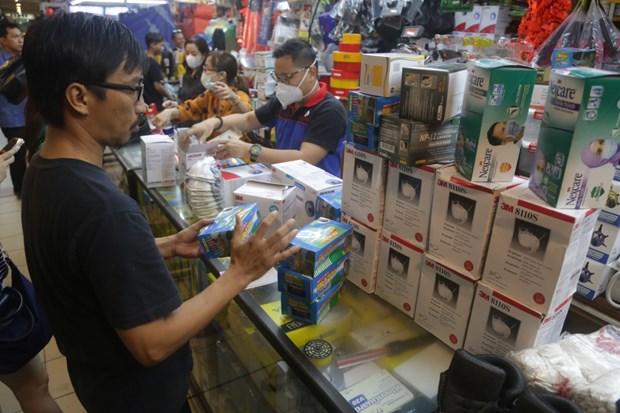 Precios de mascarillas en Yakarta suben abruptamente por nCoV hinh anh 1