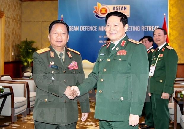 Ministro de Defensa de Vietnam recibe a su homologo laosiano hinh anh 1