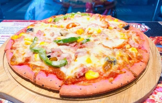 Presentan en Hanoi pizza hecha de pitahaya roja hinh anh 1