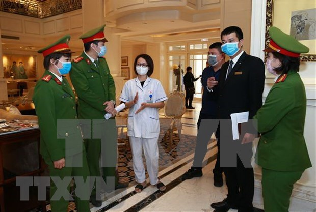 Refuerza Hanoi gestion de turistas y trabajadores extranjeros hinh anh 1